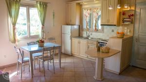Η κουζίνα ή μικρή κουζίνα στο Muses Villas