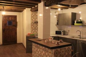 Una cocina o kitchenette en El Escondite De Castroserna