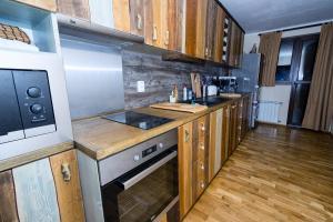 Кухня или кухненски бокс в Къща за гости Вила Боженица