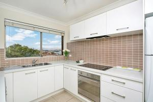 A kitchen or kitchenette at Two Bedroom Apartment Napier Street I(NAP13)
