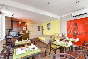 A restaurant or other place to eat at Hotel Le Mistral