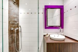 A bathroom at Hotel Le Mistral