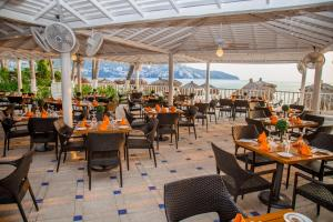 A restaurant or other place to eat at Hotel Elcano