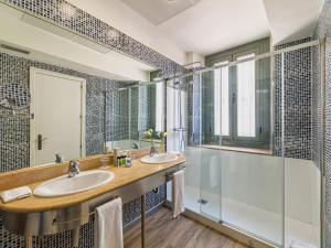 A bathroom at H10 Raco del Pi
