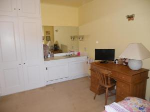 A kitchen or kitchenette at Mayertorne Cottage