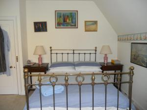 A bed or beds in a room at Mayertorne Cottage