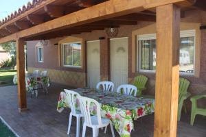 A restaurant or other place to eat at Casa Los jardines de Lola