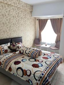A bed or beds in a room at WJY Apartment Margonda Residence 5