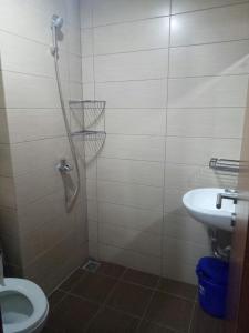 A bathroom at WJY Apartment Margonda Residence 5