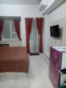 A television and/or entertainment centre at WJY Apartment Margonda Residence 5