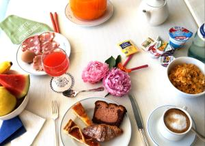Breakfast options available to guests at Hotel Montecarlo
