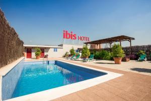 The swimming pool at or close to Ibis Granada