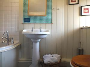 A bathroom at The White Horse Inn