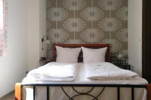 Een bed of bedden in een kamer bij Weinhaus Kurtrierer Hof