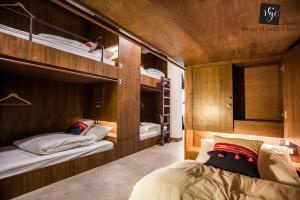 Ein Etagenbett oder Etagenbetten in einem Zimmer der Unterkunft Baan Heart Thai