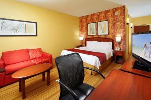 A bed or beds in a room at Courtyard Altoona