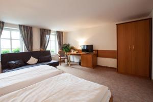 A bed or beds in a room at Hotel Reussischer Hof