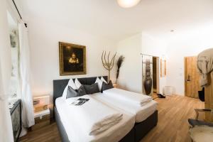 Ein Bett oder Betten in einem Zimmer der Unterkunft Hotel & Gourmetwirtshaus Kirchenwirt seit 1326