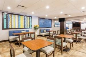 A restaurant or other place to eat at Wingate by Wyndham - Universal Studios and Convention Center