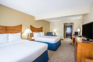 A bed or beds in a room at Wingate by Wyndham - Universal Studios and Convention Center