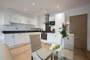 A kitchen or kitchenette at O2 Arena Apartments