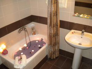 A bathroom at Katerina Studios & Apartments