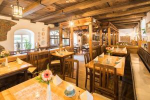 Un restaurant u otro lugar para comer en Schlosshotel Klaffenbach