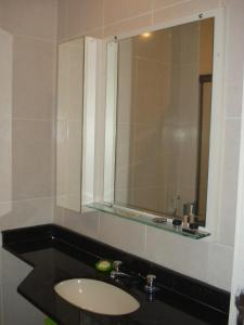 A bathroom at Camboinhas Inn