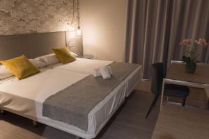 Een bed of bedden in een kamer bij Marbella Inn
