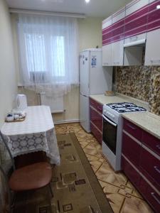 Кухня или мини-кухня в Apartment On Tsentralnaya