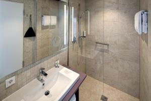 A bathroom at Hotel am Remspark