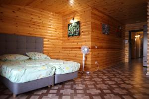 Кровать или кровати в номере Автобанька Привал