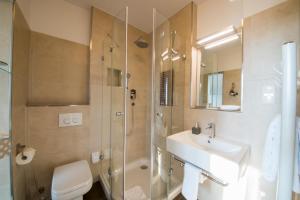 A bathroom at Landhotel Alte Töpferei