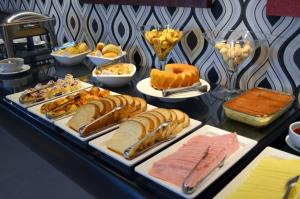 Breakfast options available to guests at Hotel Eldorado Flat