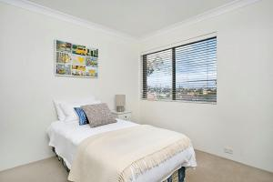 A bed or beds in a room at Two Bedroom Apartment Napier Street I(NAP13)