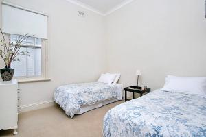 A bed or beds in a room at Two Bedroom Apartment Edwin Street