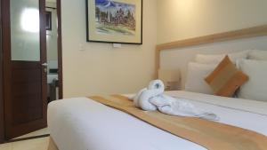 A bed or beds in a room at Nyaman Guest House