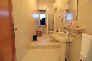 A bathroom at Appartamento in Villa