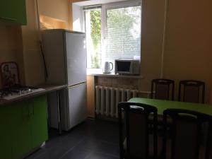 Кухня или мини-кухня в Apartment on Truhanova