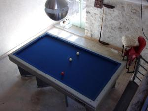 A pool table at Chambres d'hôtes L'Ange Blanc