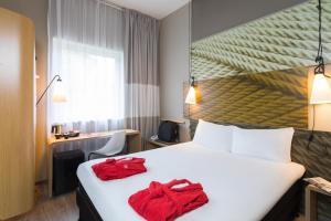 Ein Bett oder Betten in einem Zimmer der Unterkunft ibis De Haan