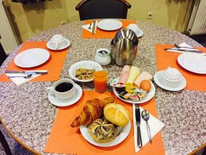 Breakfast options available to guests at Hotel De Venne