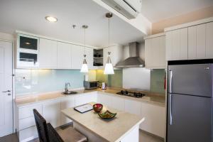 A kitchen or kitchenette at Kuta Reef Apartments
