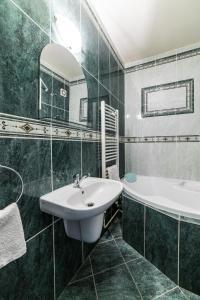 Koupelna v ubytování Valašský Hotel a Pivní lázně OGAR