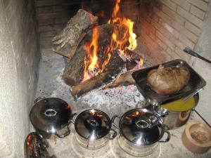 As comodidades para churrasco disponíveis para os clientes alojamento de turismo rural