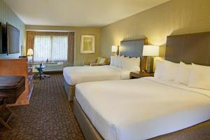 A bed or beds in a room at Silver Cloud Hotel - Seattle University of Washington District