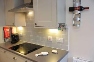 A kitchen or kitchenette at Apartment 8, The Granary