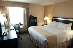 A bed or beds in a room at Holiday Inn LaGuardia Airport at Citifield / Flushing, an IHG Hotel