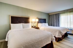 A bed or beds in a room at Hampton Inn & Suites Milwaukee West