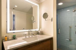 A bathroom at Hilton Barbados Resort